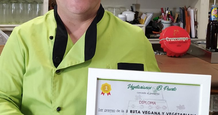 Chef Edu Medina con su diploma de mejor tapa de la I Ruta de la Tapa Vegetariana y Vegana